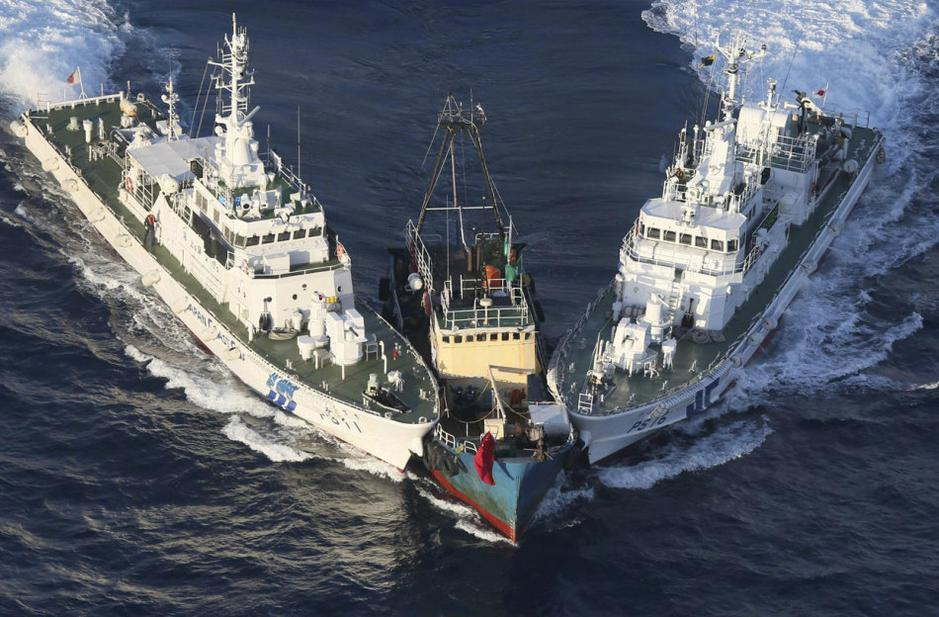 Japanese warships Hold chinese fishing ship under duress